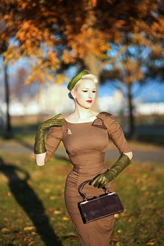Vintage Retro Style Finally, a modern day glove brand that creates hard-to-find shades of beautiful color. and in all lengths! Some of you might remember . 1940s Fashion, Look Fashion, Vintage Fashion, Fashion Outfits, Fashion Tips, Womens Fashion, Vintage Outfits, Retro Outfits, Vintage Dresses
