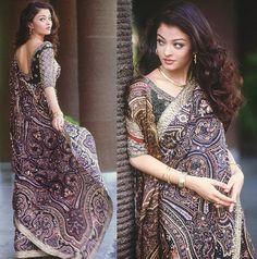 I've never worn a Saree, but if I ever did, oh wow Aishwarya Rai sure picked one I'd wear! Actress Aishwarya Rai, Bollywood Actress, Aishwarya Abhishek, Sonam Kapoor, Deepika Padukone, Indische Sarees, Pakistan, Simple Sarees, Traditional Sarees