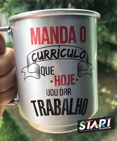 Pra mandar aquele recado na caneca personalizada de alumínio! To send this message in the personalized aluminum mug! Funny Tattoos, Cool Mugs, Cocktail Drinks, Haha, Diy And Crafts, Jelsa, Messages, Lettering, Cool Stuff