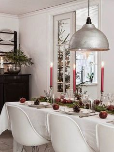 5 ways how to set a glam Christmas table cheap and fast! In this post I show you lots of tricks how to make your table rock the Christmas party Swedish Christmas, Noel Christmas, Scandinavian Christmas, Rustic Christmas, Christmas Table Settings, Christmas Tablescapes, Winter Table, Christmas Interiors, Christmas Inspiration