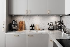 Brass handles and marble top. Beautiful kitchen design - Hannah in the house