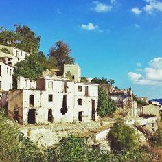 Il paese 'fantasma' di #Gairo vecchio è uno dei posti da visitare assolutamente in #Ogliastra. Il borgo venne abbandonato dai suoi abitanti nel 1951 a seguito di una terribile alluvione e ricostruito più a monte. Da allora tutto si è fermato a quei tragici eventi e la vegetazione si è insinuata all'interno delle casette storiche costruite secondo la tipologia tipica della #Sardegna. Il sito oggi è diventato un'attrazione da fotografare e in cui immergersi per fare un vero e proprio viaggio…