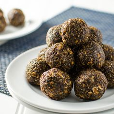 These molasses spice energy bites are sweet and spicy, chewy and crispy and full of healthy ingredients. A perfect vegan and gluten-free snack - no baking!