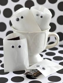 Paper Ghost Favor Bags - Such a cute idea for Halloween parties and just giving to your neighborhood trick or treaters.  Could also be a kid's party craft to take their goodies home!