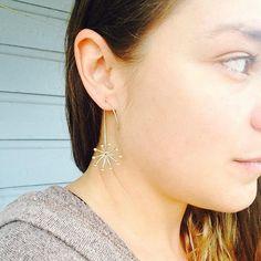Deze unieke oorbellen zijn gemaakt van sterling zilver. Ik maak het met de hand beginnen met rechte draad die ik vorm en soldeer in een kleine drie dimensionale vorm zoals een bloem barsten open. Ze hebben een lichte glanzende afwerking. Unieke draad door de achterkant van de oorlel