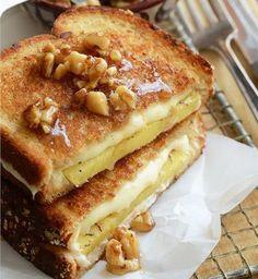Εύκολη και λαχταριστή μηλόπιτα με ψωμί του τοστ σε 5' Pineapple Slices, Pineapple Design, Bread N Butter, Slice Of Bread, Caramel, French Toast, Grilling, Sandwiches, Thanksgiving