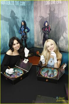 Evie and Mal signing thier dolls. Evie and Mal signing thier dolls. Disney Descendants Dolls, Disney Channel Descendants, Descendants Cast, Disney Channel Shows, Disney Channel Movies, Disney Xd, Disney And Dreamworks, Disney Movies, Mal And Evie