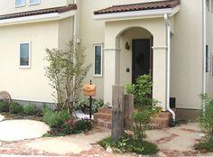 ジブリのようなイメージ Small Garden, Entrance, Broken Pot Garden, Outdoor Decor, Blue House, Front Porch, Entrance Porch, House, Exterior