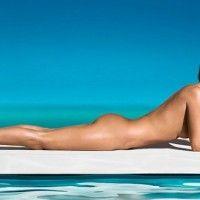 Η Κέιτ Μος κάνει ηλιοθεραπεία γυμνή στη πισίνα