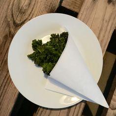 Hihi das Gerücht, dass alle Gemüsechips im Endeffekt nur komsich, labbrig oder zäh sind habe ich mit diesem Rezept ein für alle mal widerlegt! Superlecker und supergesund, die Rede ist von Kohlchip… Kale Chips, Vegans, Palak Paneer, Tableware, Ethnic Recipes, Napa Cabbage, Vegan Recipes, Health, Dinnerware