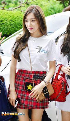 SNSD [no Seohyun] - KBS Building for Happy Together recording Tiffany Girls, Snsd Tiffany, Tiffany Hwang, Girls' Generation Tiffany, Girls Generation, Beautiful Girl Photo, Beautiful Asian Girls, Snsd Fashion, Korean Fashion