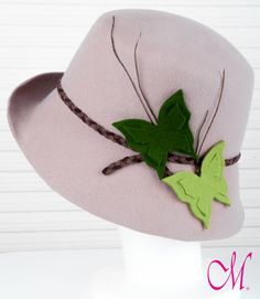 Sombrero Springfield. Cloche de copa recta con ala ladeada en beige con mariposas de fieltro y trenza de piel. www.monetatelier.com
