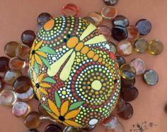 De la mano las rocas pintadas diseño inspirado por etherealandearth