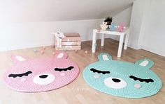 Alfombra infantil conejito,de elaboración artesanal hecha a mano en trapillo de algodón (material procedente de excedentes textiles) en tres...