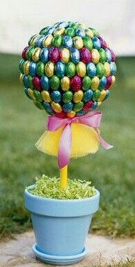 Easter Topiary Tree made with chocolate easter eggs Easter Candy, Hoppy Easter, Easter Eggs, Easter Food, Easter Crafts For Kids, Crafts To Do, Easter Ideas, Tree Crafts, Easter Decor
