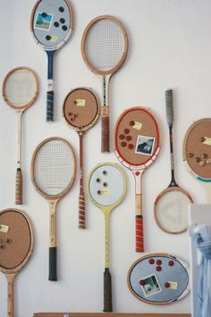 with Vintage Tennis Rackets Vintage Tennis Rackets in a gallery wall and some of them turned into cork and felt boards - cute!Vintage Tennis Rackets in a gallery wall and some of them turned into cork and felt boards - cute! Tennis Clubs, Tennis Racket, Badminton, Tennis Crafts, Tennis Party, Vintage Tennis, Vintage Sport, Driven By Decor, Diy Art