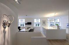 Ihana valkoinen keittiö rohkeilla yksityiskohdilla. #etuovisisustus #keittiö  Lisää sisustuskuvia: etuovi.com/sisustus