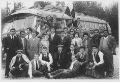 Viagem ao Porto, Maio de 1957,  jogadores de futebol e adeptos do Farense para um jogo com o Salgueiros. Fase final da 2ª Divisão entre os três primeiros classificados da Zona Sul e da Zona Norte. Nessa época, o Salgueiros foi o Campeão Nacional da 2ª Divisão, seguido do Braga com os mesmos pontos. O Farense ficou em 4º lugar. Na fotografia alguns jogadores algarvios, como Ventura, Balela, Queimado, Bento, Isaurindo e Reina e o treinador Artur Quaresma, o internacional que jogou no…