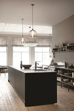A loft in Soho - New York Loft Apartment of Ochre's Harriet Maxwell Macdonald and Andrew Corrie Kitchen Interior, Kitchen Inspirations, Niche Modern, New York Loft, Stylish Loft, New Kitchen, House Interior, Kitchen Dining Room, Home Kitchens