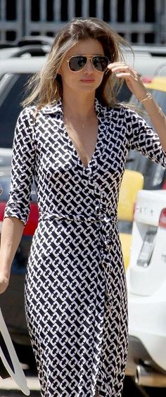 Who made  Miranda Kerr's black and white print collar maxi dress and aviator sunglasses?