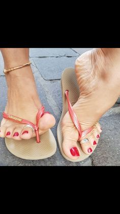 Mmm love mature sexy toes and feet! Cute Toes, Pretty Toes, Feet Soles, Women's Feet, Sexy Legs And Heels, Sexy High Heels, Pies Sexy, Sexy Zehen, Foot Pics