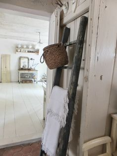 princessgreeneye: How we live .beautiful home! Old Wooden Ladders, Vintage Ladder, Jacob's Ladder, Ladder Decor, Shabby Vintage, Vintage Farmhouse, Vintage Decor, Farmhouse Decor, Shabby Chic