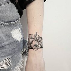 30 Wonderful Wrist Tattoos For Women Wrist tattoos are rather popular and quite meaningful, that is why we want to discuss them today. What is their origin? The tradition of wearing a tattoo on a wrist appeared a while ago. Wrist Band Tattoo, Flower Wrist Tattoos, Armband Tattoos, Sleeve Tattoos, Piercing Tattoo, Ear Piercings, Pretty Tattoos, Beautiful Tattoos, Tiny Tatoo