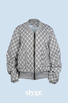 Bomberjack Mr. Bombastic. Lichtgrijs met zwarte print, gecombineerd met een grijze glitter boordstof en een metalen rits. Casual en stoer! Shirt Dress, Sweaters, Mens Tops, Shirts, Dresses, Fashion, Vestidos, Moda, Shirtdress