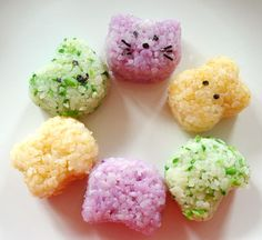Colored rice – made with vegetables, not food coloring! Animal shapes are optional, but lots of fun. FULL RECIPE HERE red rice . Purple Rice, Bento Recipes, Bento Ideas, Onigirazu, How To Make Orange, Colored Rice, Kawaii Bento, Vegetable Rice, Rice Balls