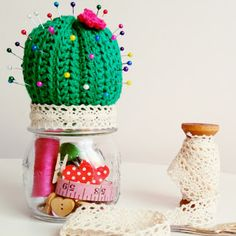 How to crochet a Cactus Pincushion and Sewing Kit step by step. Cactus pincushion tutorial, can be used as sewing kit or just to decorate our place. Step by step crochet tutorial, great for beginners. If you want to learn to crochet Crochet Pincushion, Pincushion Tutorial, Crochet Cactus, Crochet Doilies, Crochet Home, Love Crochet, Crochet Jar Covers, Sewing Kit, Hanging Tapestry
