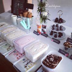 isbuffet med topping Ice Cream Buffet, Yogurt Dessert, Cake Day, 18th Birthday Party, Vanilla Cookies, Party Buffet, Icecream Bar, Ice Cream Party, Food Goals