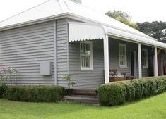 grey exterior house colors Love the weatherboard exterior Australia Colours, Cottage Exterior, House Color Schemes, Exterior Cladding, Cottage Decor, House Styles, Weatherboard House, House Painting, House Paint Exterior