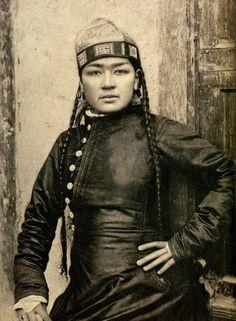 "Hughes Kraft, Femme Ouzbek the Kokan Coiffée du topi, 1880-1889."" Source .    An Uzbek woman.    Uzbeks are one of the major Turkic ethnic groups;"