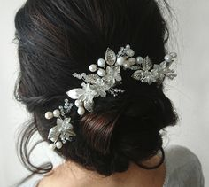 This gorgeous floral hair pins look very romantic and elegant. Perfectly adorns a range of bridal hairstyles. You can wear them again after the wedding day to anniversaries and any special occasion. Chic Wedding, Wedding Bride, Fall Wedding, Wedding Jewelry, Rustic Wedding, Dream Wedding, Beach Bridal Hair, Bridal Hair Pins, Middle Hair