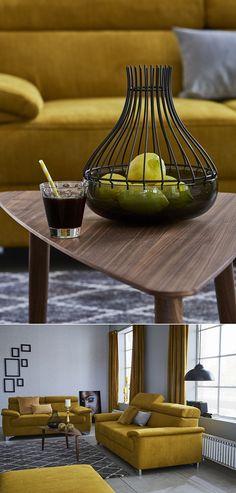 Warme Gold- und Ockertöne können mit verschiedenen Materialien und dunklen Farben zu modernen Einrichtungswelten kombiniert werden. Der Teelichthalter von Home affaire bringt beide Stile trendig zusammen. Der goldene Vorhang von Home Wohnideen verleiht dem Raum barocke Eleganz.