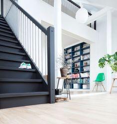 Med en matt mørk maling får du en elegant men tøff trapp. (Foto: TreStjerner)