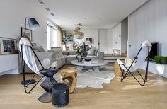 Katrovanou dubovou podlahu částečně pokrývá hovězí kožešina. Ze stejného Home And Living, Living Room, Home Reno, Teak, Minimalism, Table Settings, Dining Table, Patio, Architecture