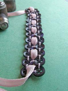 Schöner Weg, um eine Halskette oder Armband aus Knöpfe machen