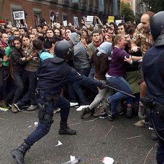 Se dicen hombres y golpean niñas #25S #29S #madrid #españa #revolucion #soynadie @soynadie #acab #photo #foto #press #prensa #manifestacion #democracia #ciudadanos Riot Police, Album, Human Rights, Revolution, Good Things, Humor, World, People, Instagram