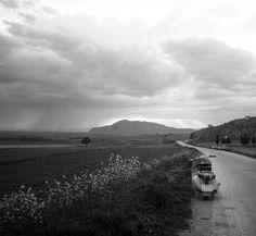 Στην επιστροφή από Αγιά προς Λάρισα, λίγο πριν την Δήμητρα στον Αι Νικόλα τον Φονιά, μια βροχερή μέρα σαν την σημερινή. Στο βάθος το Γεντίκι φωτ.Τάκης Τλούπας.