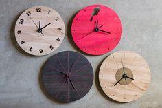Reloj de madera de eucalipto, metal y accesorios. 28 cm. de diámetro. Colores…