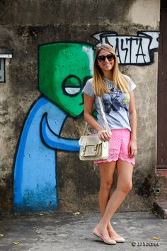 "Carol Heinrichs vestindo a t-shirt ""Brigitte Bardot"""