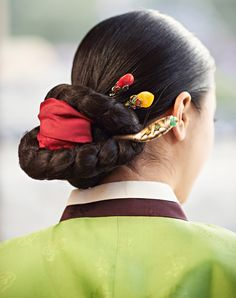 4. Beauty of harmony     The hanbok features straight and curved lines, giving it an attractive flow representative of a uniquely Korean aesthetic. The graceful, harmonious movement that happens when the hanbok is actually worn is praised the world over. -