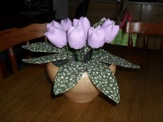 Vaso com tulipas lilás