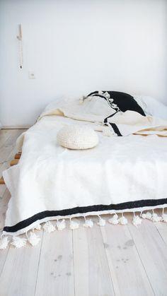 couverture de laine tissé à la main avec des pompom : Textiles et tapis   150€  par naturalmoroccan