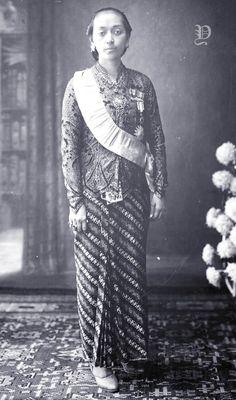 Hemas, permaisuri kedua Sunan Pakubuwono X Old Pictures, Old Photos, Vintage Photos, Surakarta, Dutch East Indies, Court Dresses, Javanese, Kebaya, Royalty