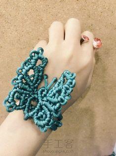 翩翩起舞的蝴蝶编结手链 第5步 Macrame Necklace, Macrame Jewelry, Crochet Necklace, Diy Accessoires, Micro Macramé, Paracord Projects, Macrame Design, Macrame Tutorial, Diy And Crafts