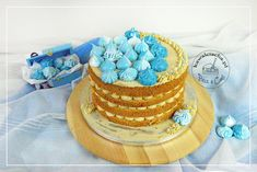 Naked cake in blue z kremem o smaku solonego karmelu i żurawiną, ozdobiony cieniowanymi, niebieskimi bezami, więcej na www.pieceacake.pl