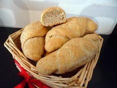 Od kedy som upiekla svoj prvý kváskový chlieb, túžila som upiecť aj kváskové rožky. A tak takmer po roku prišla na rad kombinácia toho čo viem s tým čo som našla na webe, a tak vznikol tento recept. Russian Recipes, Sweet Potato, Food And Drink, Potatoes, Bread, Vegetables, Polish, Hampers, Vitreous Enamel