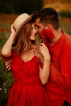 Man holds tender beautiful woman standing with her on the green field with red poppies Free Photo Cute Couple Images, Cute Love Couple, Couples Images, Couple Photos, Wedding Couple Poses Photography, Photography Poses, Beautiful Girl Image, Beautiful Women, Civil Wedding Dresses